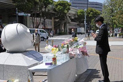 事故から2年。現場近くに設置された慰霊碑に向かって手を合わせる松永拓也さん=東京都豊島区で2021年4月19日午後0時17分、小川昌宏撮影