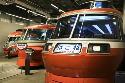 平成まで活躍したロマンスカーの実車両が並ぶ1階スペース=神奈川県海老名市のロマンスカーミュージアムで2021年4月19日午前11時4分、内林克行撮影