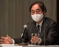 Fuji Media Holdings Inc. President Osamu Kanemitsu explains the company's violation of foreign investment regulations, in Minato Ward, Tokyo, on April 8, 2021. (Mainichi/Hiroshi Maruyama)