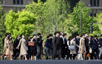 People are seen heading to their offices in this photo taken in Tokyo's Chiyoda Ward on the morning of April 12, 2021. The national government's quasi-emergency measures against the coronavirus took effect in the capital the same day. (Mainichi/Masahiro Ogawa)