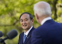 会談後、バイデン米大統領(手前)と共同記者会見に臨む菅義偉首相=ホワイトハウスで2021年4月16日、AP
