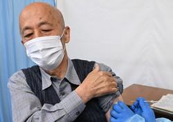 新型コロナウイルスワクチンの接種を受ける高齢者=東京都八王子市で2021年4月12日、大西岳彦撮影