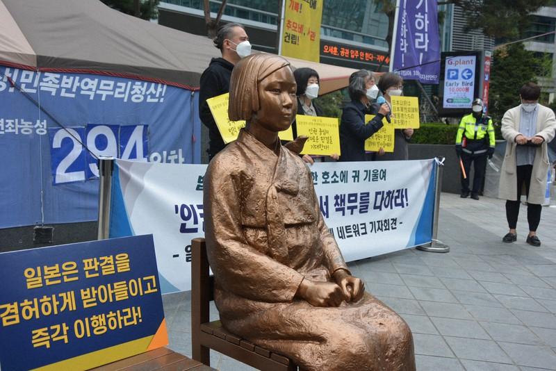 4月21日の2次訴訟判決を前に、慰安婦を象徴する少女像が建つソウルの日本大使館前で記者会見する支援団体の関係者=2021年4月12日、坂口裕彦撮影