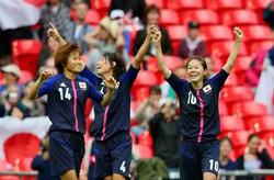 ロンドン五輪準決勝でフランスに2-1で勝って決勝進出を決め、喜ぶ澤穂希(右端)ら=ロンドンのウェンブリー競技場で2012年8月6日、森田剛史撮影