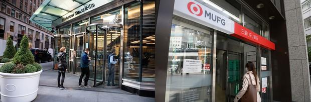 日米銀行のシステム投資額の差は大きい(三菱UFJ銀行〈右〉とJPモルガン・チェースの店舗)
