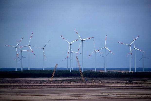 ドイツで建設された風力発電の風車群 Bloomberg