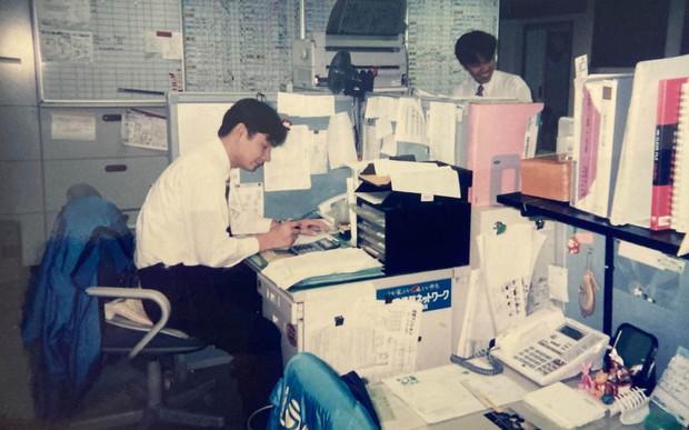 アパマンショップ柏店長時代の川森さん(左)=2000年5月 川森敬史さん提供