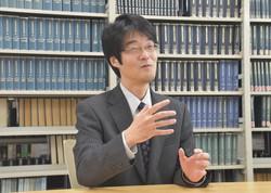 インタビューに答える西土彰一郎・成城大教授=東京都世田谷区の成城大で2021年4月15日午前11時35分、村尾哲撮影