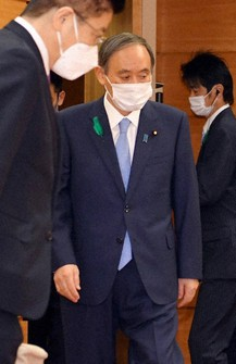 Prime Minister Yoshihide Suga, center, is seen ahead of a Cabinet meeting at the prime minister's office in Tokyo on April 20, 2021. (Mainichi/Kaho Kitayama)