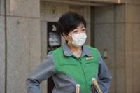 Tokyo Gov. Yuriko Koike is seen speaking to reporters at the Tokyo Metropolitan Government building in Shinjuku Ward, on April 20, 2021. (Mainichi/Hitomi Saikawa)