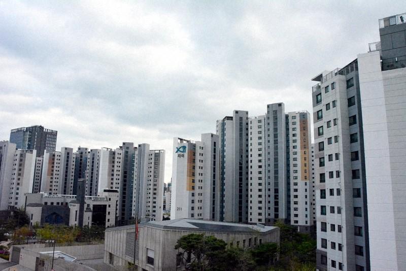 マンションが林立するソウル市内の風景=4月13日、坂口裕彦撮影