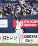 <オ・西(5)>7回2死一塁、宗が勝ち越し2ランを放ち、観客と一緒にガッツポーズで喜ぶ山本(撮影・坂田 高浩)