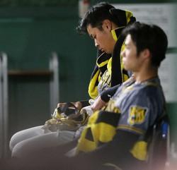 <巨・神(5)>試合後のベンチにたたずむ佐藤輝(奥)と中野(撮影・北條 貴史)
