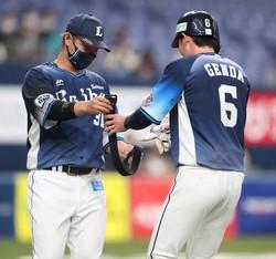 初回1死一塁、ベルトを交換する源田(右)