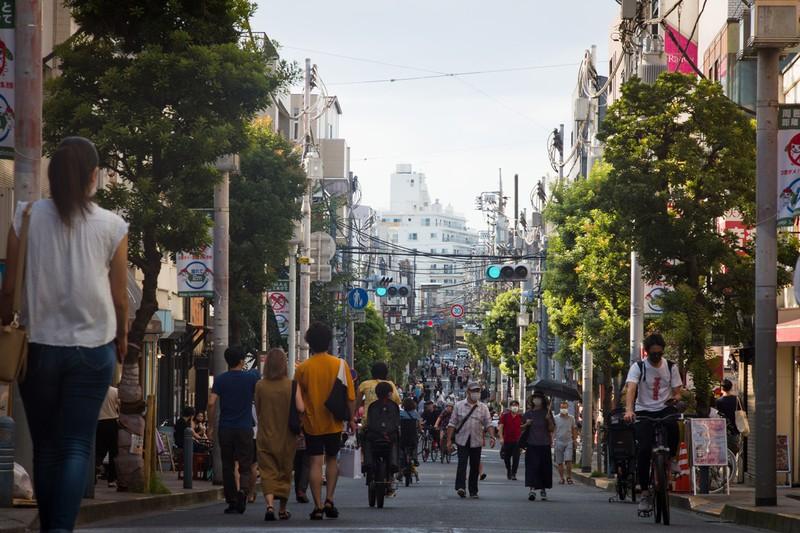 週末の東京・世田谷区の人通り。遠出より近場が人気 (Bloomberg)