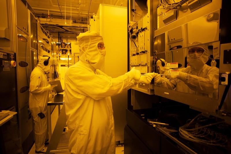 半導体業界は空前の活況に沸く(ドイツの半導体工場) (Bloomberg)