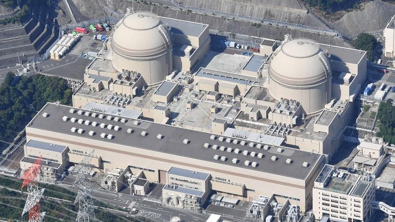 関西電力大飯原発の(右から)3号機、4号機=福井県おおい町で2020年10月20日、本社ヘリから木葉健二撮影