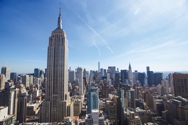 1920年代に着工したクライスラービル(右奥の尖塔型ビル)は自動車産業の、電波塔としての役割を担ったエンパイアステートビル(正面左)は放送事業勃興の証し (Bloomberg)