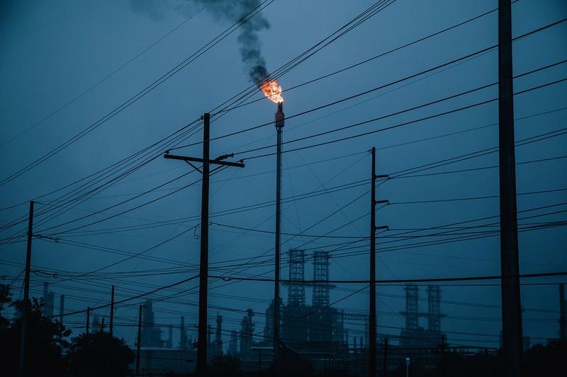 石油・ガス事業は、開発、精製、石油化学の各段階で二酸化炭素を排出 (Bloomberg)