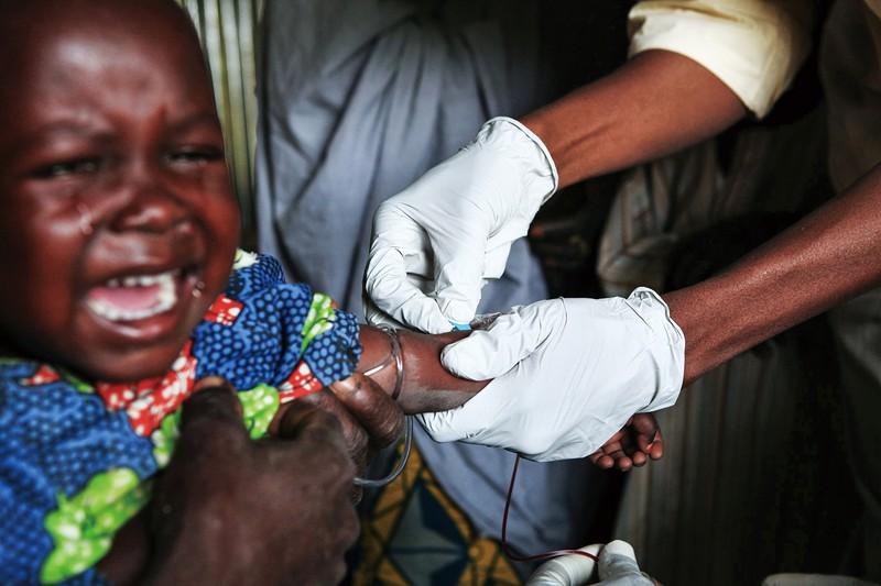 医療崩壊の危険性が高まっている (Bloomberg)