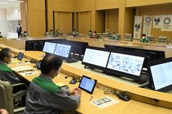 東京都の新型コロナウイルス感染症対策本部会議に出席した小池百合子知事(右奥)ら都幹部=2021年4月23日午後8時1分、黒川晋史撮影