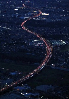 This aerial photo taken from a Mainichi Shimbun helicopter shows the Tomei Expressway during heavy traffic in the city of Ebina, Kanagawa Prefecture. (Mainichi/Naoaki Hasegawa)