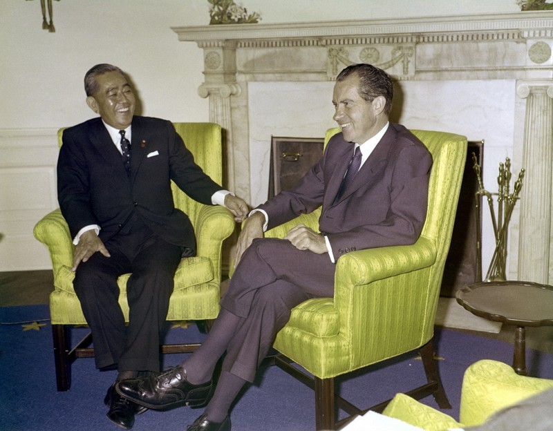 日米首脳会談に臨む佐藤栄作首相(左)とニクソン米大統領=ホワイトハウス大統領執務室で1969年11月19日、代表撮影