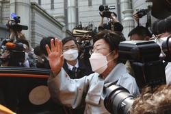 判決を受け、記者団の取材に応じる元慰安婦の李容洙さん=韓国・ソウルで2021年4月21日、AP