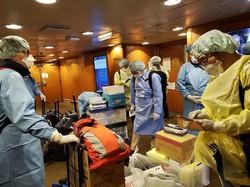 船内活動の準備をするDMAT隊員=厚労省DMAT事務局提供