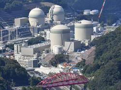 40年超運転の同意プロセスが進む関西電力高浜原発の(手前左から)1号機と2号機。(奥左から)3号機と4号機は運転中=福井県高浜町で2020年10月20日、本社ヘリから木葉健二撮影