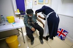 英国ではアストラゼネカ製ワクチン接種が進む Bloomberg