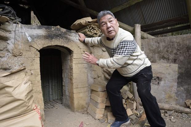 八王子市の山中にある炭焼き窯と炭焼さん 撮影=蘆田剛