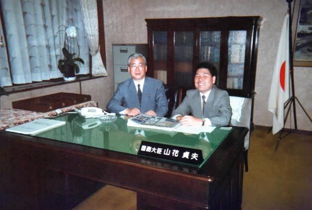 日本社会党委員長時代に細川護熙内閣で政治改革担当相となった山花貞夫さん(左)と炭焼さん 炭焼三太郎さん提供