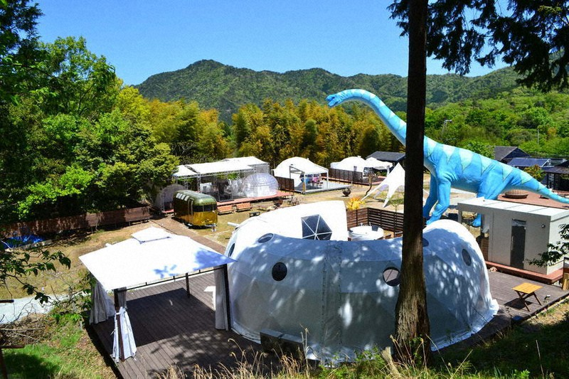 宿泊テントなどのほか、恐竜のオブジェが配置された施設内=京都府京丹後市久美浜町布袋野で、松野和生撮影