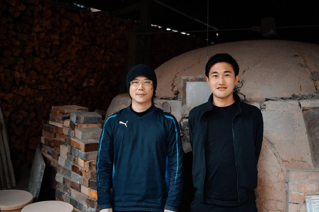 森敏彰さんと筆者(右) 岡山備前焼「宝山窯」さんにて=筆者撮影