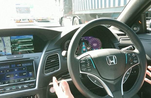 ホンダのレベル3の自動運転では定められた条件下でスマホの操作も可能
