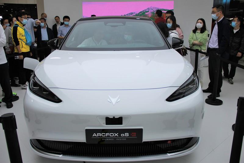 ファーウェイは自社の自動運転システムを搭載した北京新能源汽車のEV「ARCFOXαS」を上海モーターショーに展示