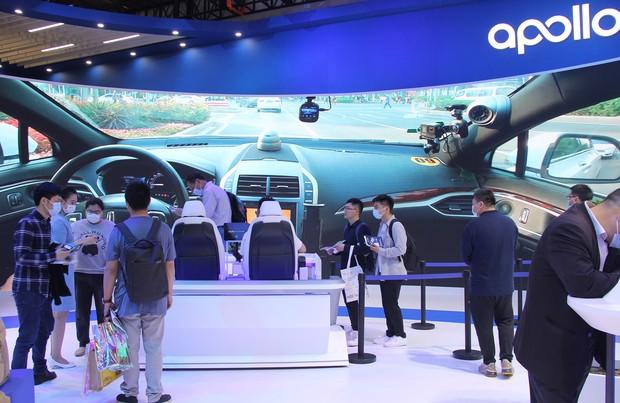 バイドゥの自動運転体験エリアに集まる上海モーターショーの来場者