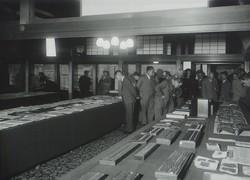 渋沢邸で敬三が実業史博物館のために集めた資料などを展示した(1940年撮影)渋沢史料館提供