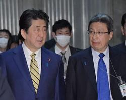 1年前、コロナ第1波当時の安倍首相(左)と今井補佐官兼秘書官(いずれも当時)。協力コンビがまた復権するのか(国会内で2020年3月16日)