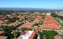スタンフォード大学のキャンパス。スペインの小都市の市街地のよう(写真は筆者撮影)