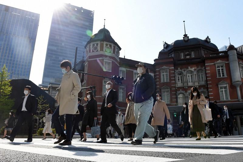 日本人の働き方は生産性が低いのか(マスクをつけて通勤する人たち)=東京都千代田区で2020年4月15日、北山夏帆撮影
