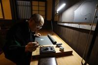 'Monsho uwae-shi' craftsman Shoryu Hatoba is seen drawing a traditional family crest onto kimono fabric in Tokyo's Taito Ward on Sept. 17, 2020. (Mainichi/Junichi Sasaki)