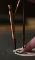A traditional Japanese compass made of bamboo and a superfine brush used by craftsmen to make 'kamon' family crests is seen in Tokyo's Taito Ward on Sept. 17, 2020. (Mainichi/Junichi Sasaki)