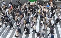 緊急事態宣言の朝、マスク姿で通勤する人たち=大阪市北区で2021年4月26日午前8時32分、望月亮一撮影