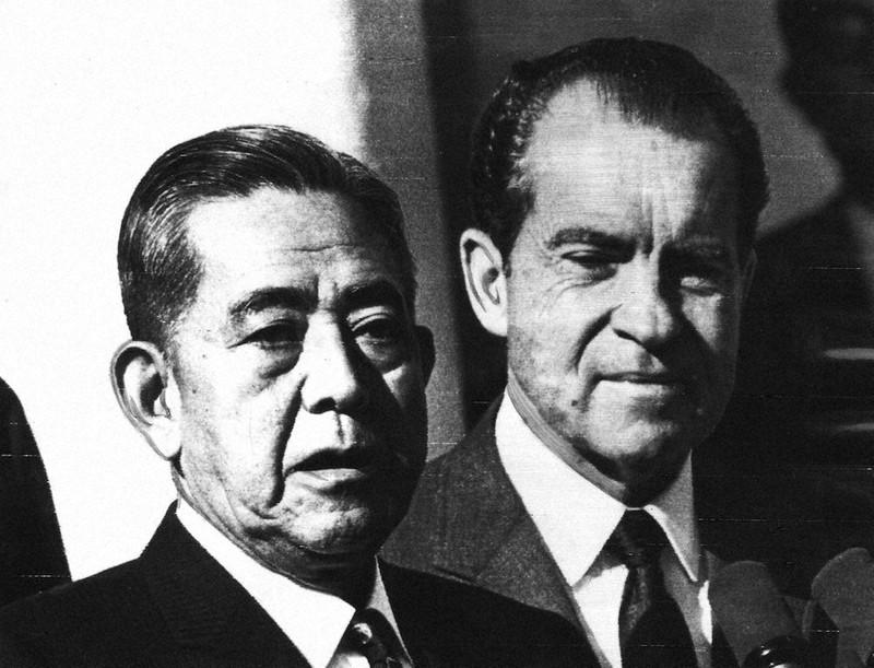 沖縄返還を決めた日米首脳会談後、ホワイトハウスの庭に出た佐藤栄作首相(左)とニクソン米大統領=1969年11月21日、UPI
