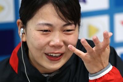 女子3メートル板飛び込み予選、予選通過を決めた後のインタビューで涙を見せる榎本遼香=東京アクアティクスセンターで2021年5月3日、宮武祐希撮影
