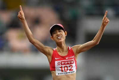 女子1万メートル、1位でフィニッシュする広中璃梨佳=静岡スタジアムで2021年5月3日、久保玲撮影