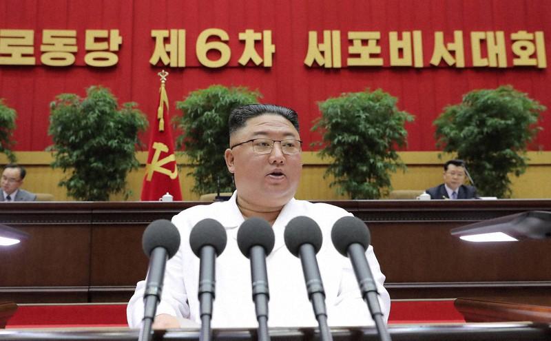 北朝鮮の平壌体育館で行われた朝鮮労働党第6回細胞書記大会の3日目会議で閉会の辞を述べる金正恩朝鮮労働党総書記=2021年4月8日(朝鮮中央通信・朝鮮通信)
