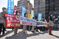"""A-bomb survivors and others voice objections against moves to amend Japan's Constitution while raising banners bearing messages such as """"Stop constitutional revision! Let's protect Article 9!"""" in the city of Nagasaki on May 3, 2021. (Mainichi/Mayu Matsumura)"""